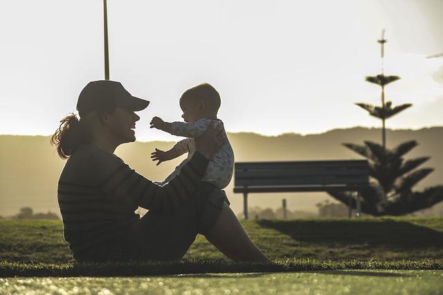 Matka samoživitelka s dítětem v parku